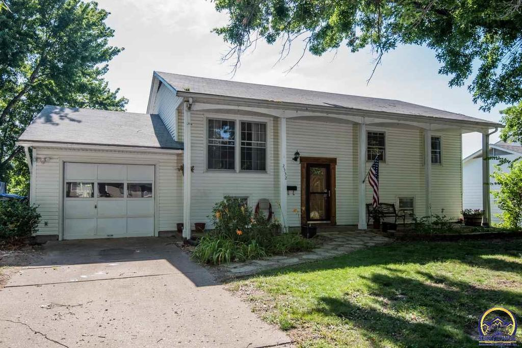 2532 sw kent st topeka ks mls 196099 coldwell banker for Topeka home builders
