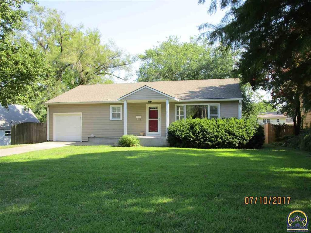 1503 sw 29th ter topeka ks mls 196245 coldwell banker for Home builders topeka ks